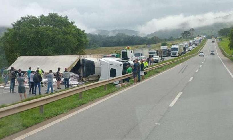 Carreta tombada na rodovia na manhã desta terça-feira. Foto: divulgação/WhatsApp