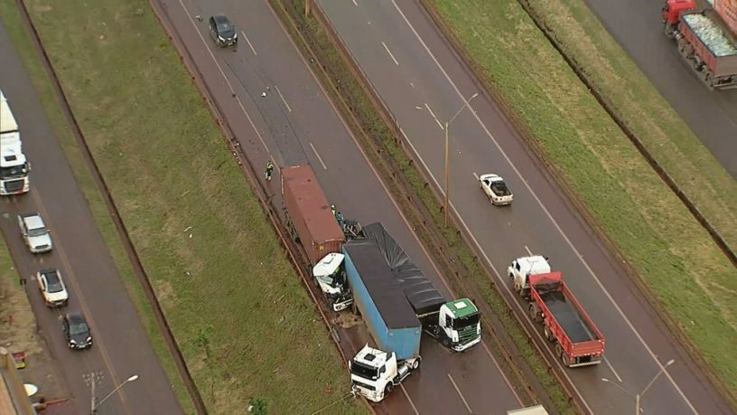 Carretas bateram na Rodovia Fernão Dias. Foto: TV/Globo