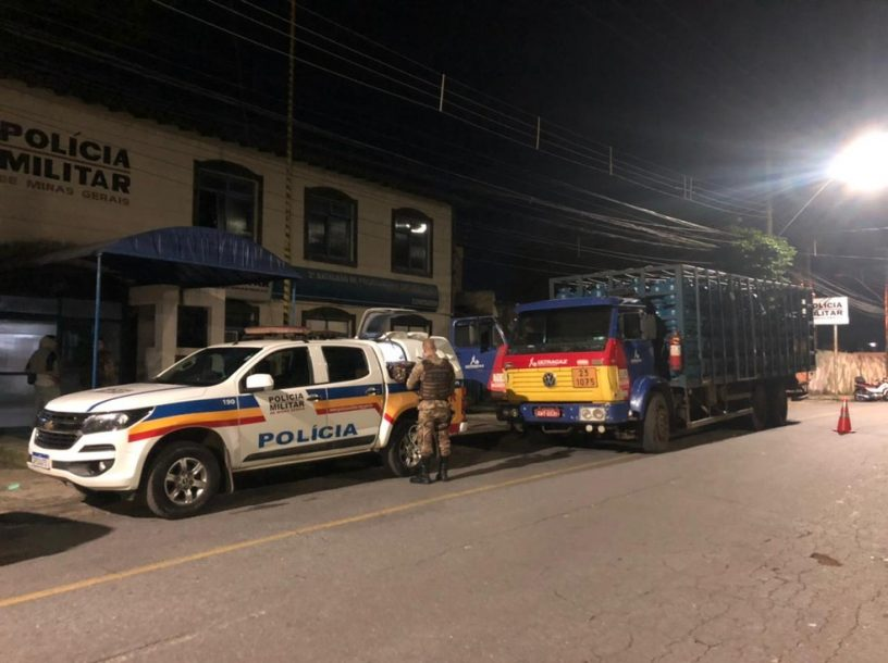 Veículo foi encontrado pelos policiais com 540 botijões na noite dessa segunda-feira (1º). Foto: Divulgação/Polícia Militar